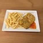 Cotoletta di galletto alla milanese con patatine fritte e salsa Chili